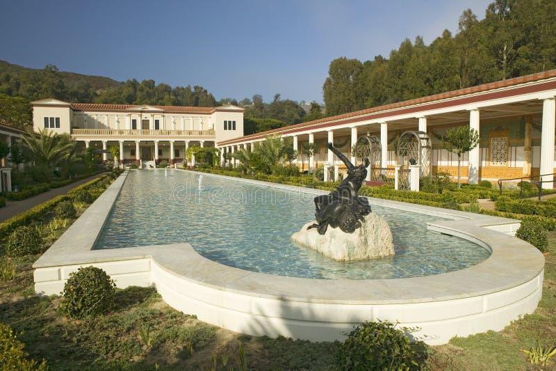 Columnata y piscina larga del chalet de Getty, chalet de Malibu del J Paul Getty Museum en Los Ángeles, California imagenes de archivo