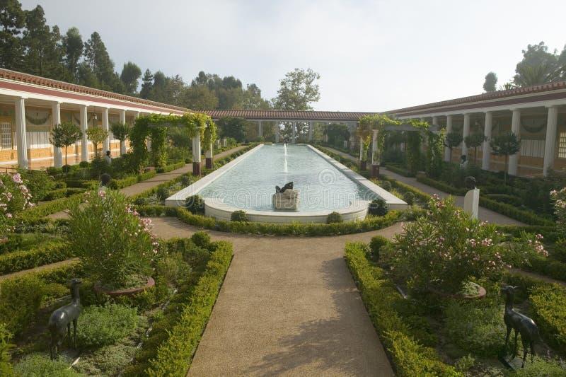 Columnata y piscina larga del chalet de Getty, chalet de Malibu del J Paul Getty Museum en Los Ángeles, California fotografía de archivo libre de regalías