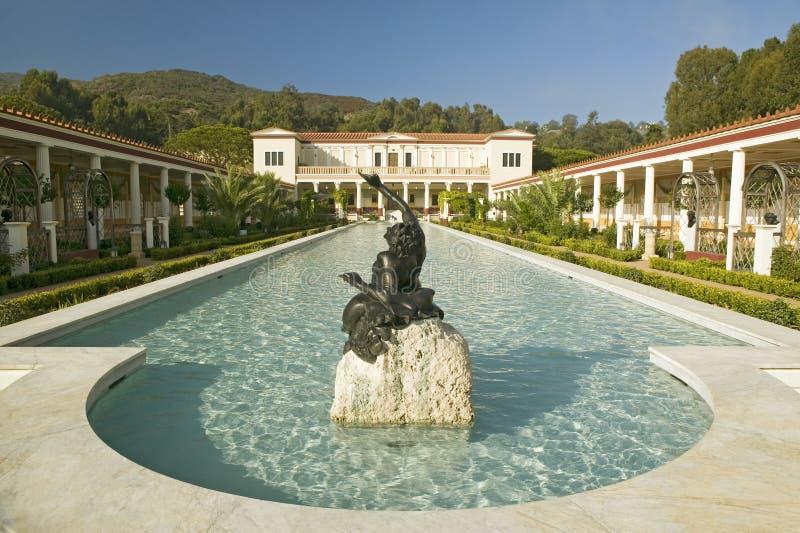 Columnata y piscina larga del chalet de Getty, chalet de Malibu del J Paul Getty Museum en Los Ángeles, California imagen de archivo
