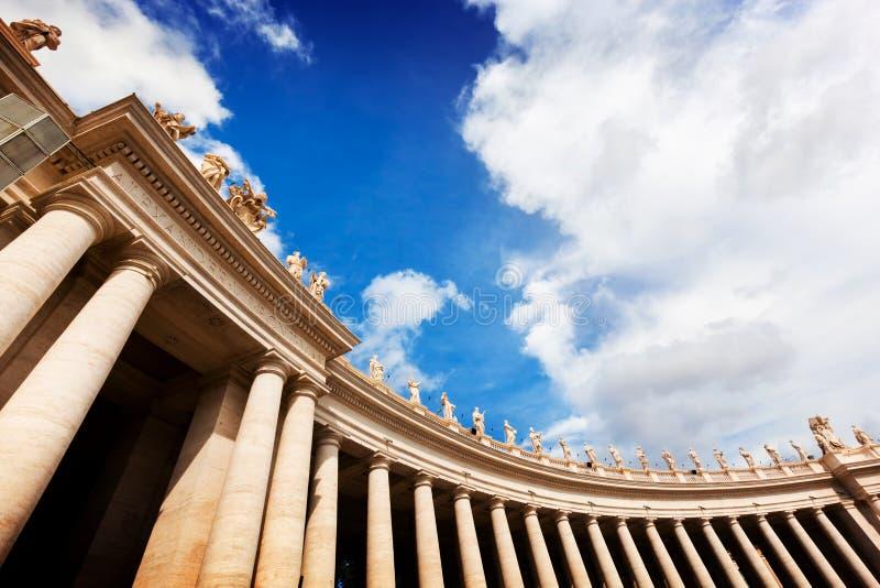Columnatas de la basílica de San Pedro, columnas en la Ciudad del Vaticano fotografía de archivo