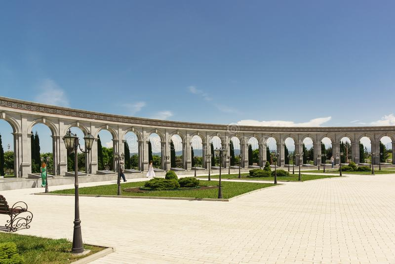 Columnatas del monumento de la memoria y de la gloria con los nombres del Ingush 36 que tenían premios del estado durante su serv fotos de archivo