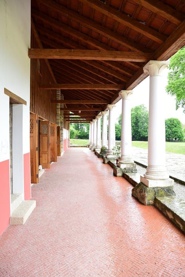 Columned zaal van opnieuw opgebouwd Roman huis stock afbeelding