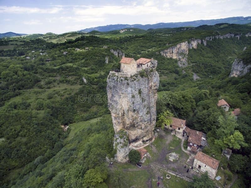 Coluna aérea de Katskhi da foto e a igreja ortodoxa nela imagens de stock royalty free