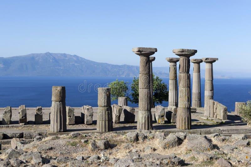 Coluna antiga fora da costa do Mar Egeu troy Turquia imagem de stock royalty free
