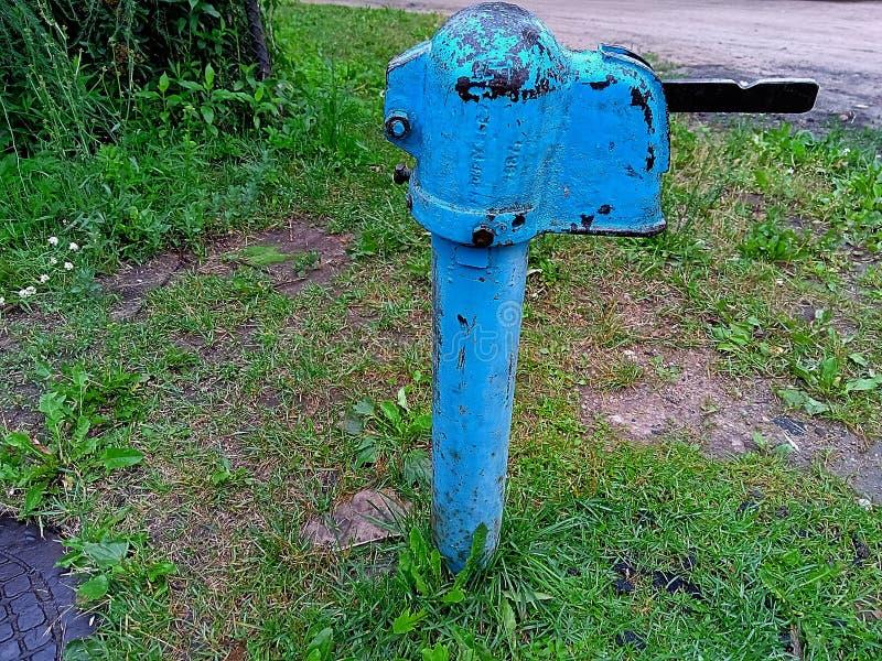 Coluna azul da rua do ferro para a água potável fotos de stock
