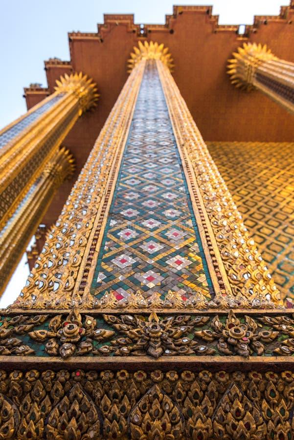 Coluna belamente decorada com mosaico e a decoração pródigos imagens de stock royalty free