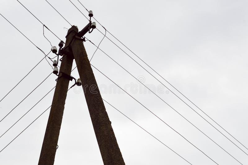 Coluna concreta elétrica da linha elétrica de alta tensão com os fios contra imagens de stock