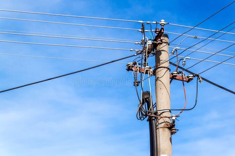 Coluna da distribuição da energia elétrica Polo com fios elétricos Conceito da energia fotografia de stock royalty free