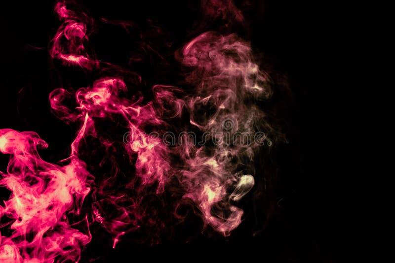 Coluna de fumo bonita na luz brilhante de n?on de vermelho, de verde, o rosa e a turquesa em um fundo preto expirado fora do vape imagens de stock
