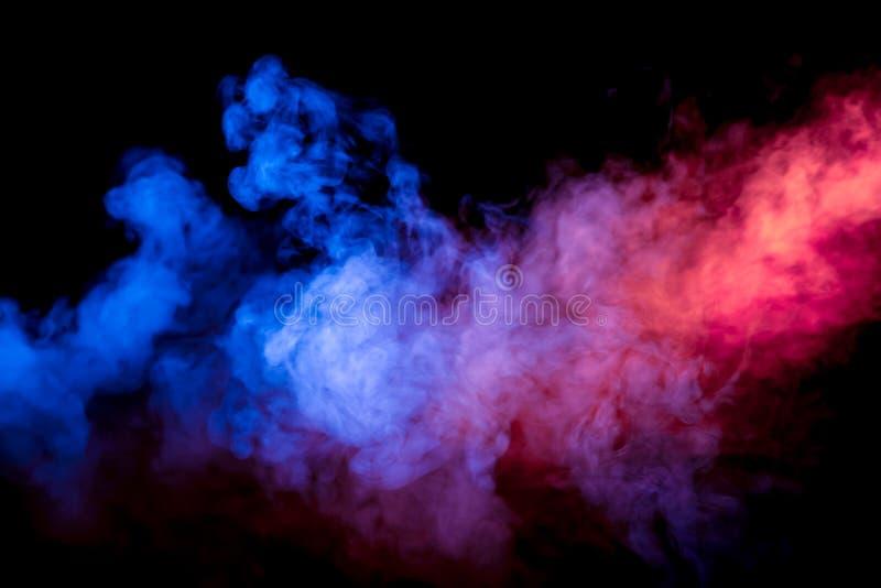 Coluna de fumo horizontal na luz brilhante de néon do rosa azul e alaranjado bonitos em um fundo preto expirado fora do fotografia de stock royalty free