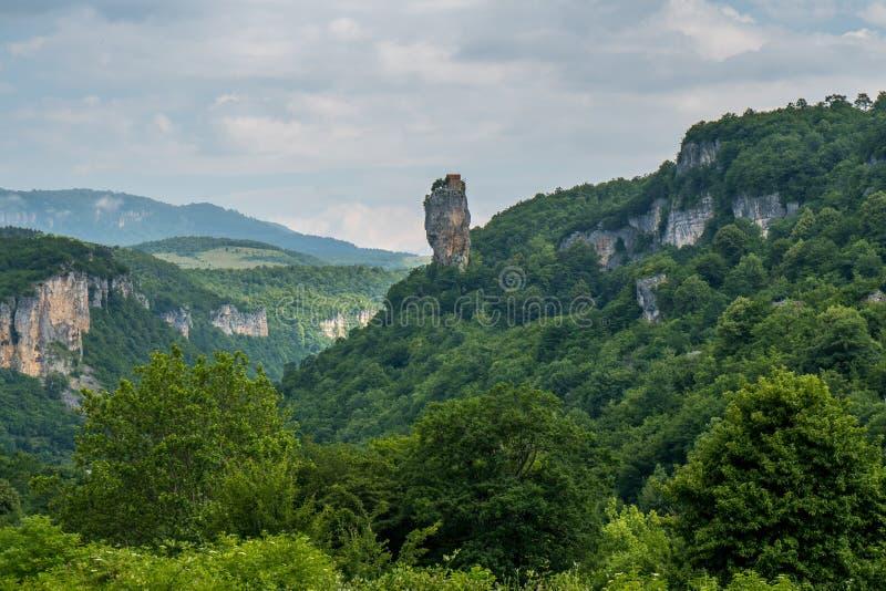 Coluna de Katskhi Marcos Georgian Man& x27; monastério de s perto do vil fotos de stock royalty free