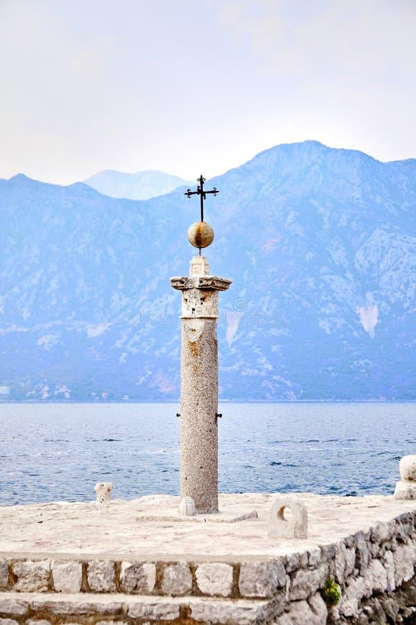 A coluna de pedra com a cruz do ferro imagem de stock