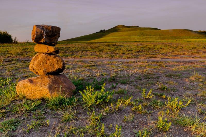Coluna de pedra durante o por do sol em uma ?rea de minera??o convertida em Waterschei perto de Genk em B?lgica imagens de stock