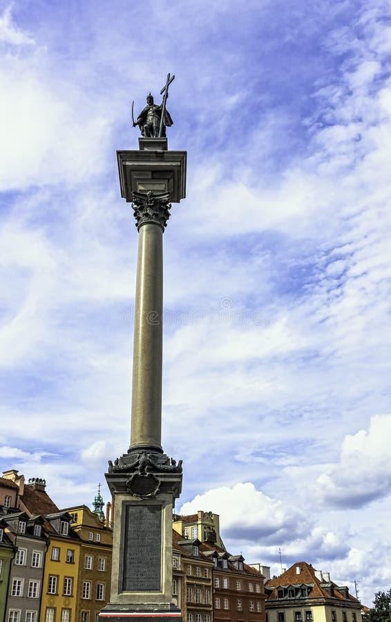 Coluna de Sigismund na Praça do Castelo com arquitetura antiga de Varsóvia, Polônia fotos de stock