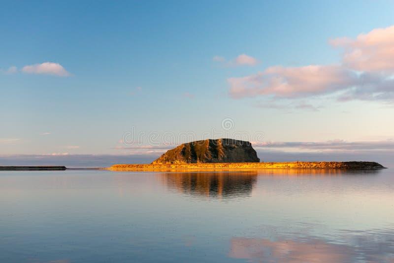 Coluna de Stolb da ilha - a ilha de pedra no delta de Lena River fotos de stock royalty free