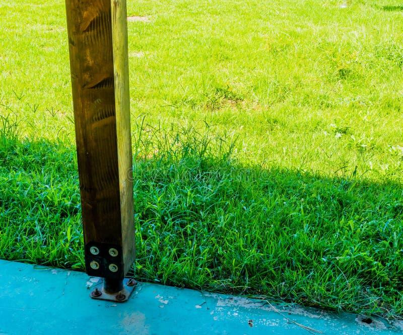 Coluna de suporte de madeira quadrada imagem de stock royalty free