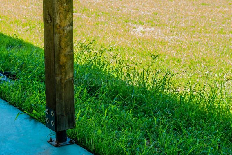 Coluna de suporte de madeira quadrada fotografia de stock