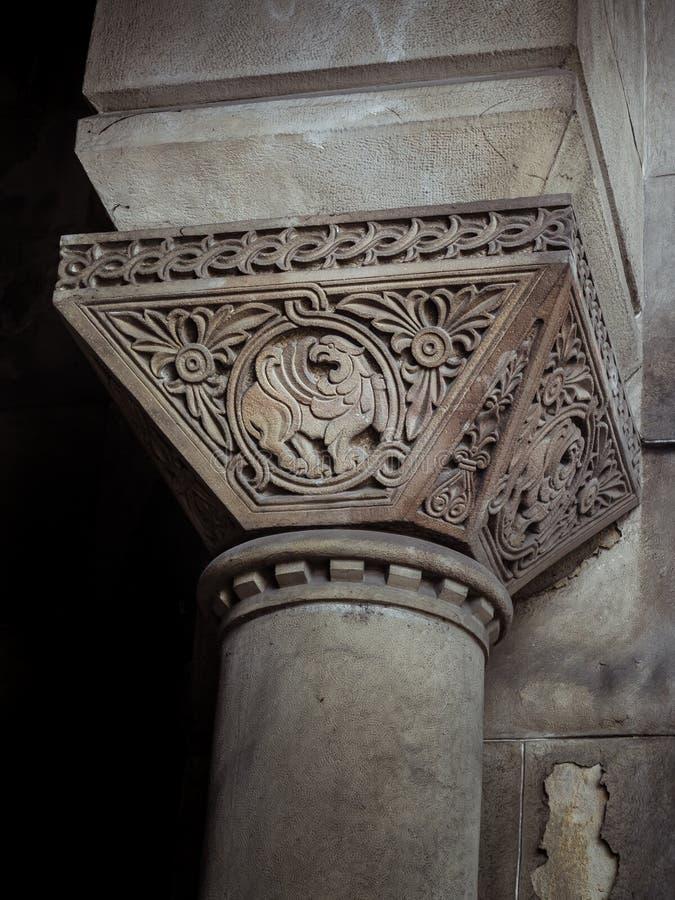 Coluna decorativa velha bonita abaixo da ponte imagem de stock royalty free
