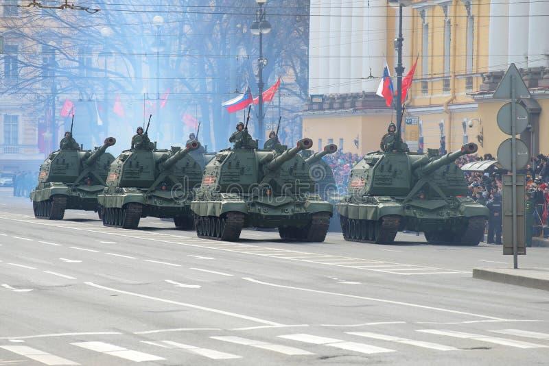 Coluna do ` automotor de Msta-S do ` das instalações da artilharia no proezd de Dvortsovy Fragmento da parada em honra de Victory fotos de stock