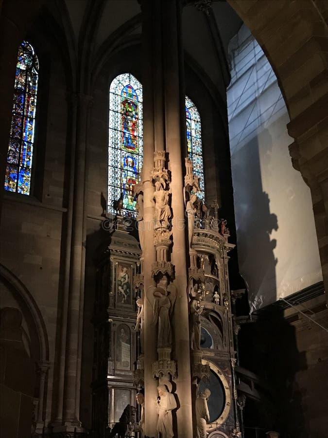 coluna do Bas-relevo dentro da catedral em Strasbourg fotografia de stock royalty free