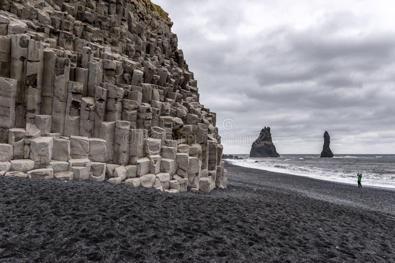 Coluna do basalto na praia de Reynisfjara, Islândia foto de stock