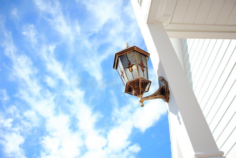 Coluna do branco de Front Porch Light Installed At imagem de stock royalty free