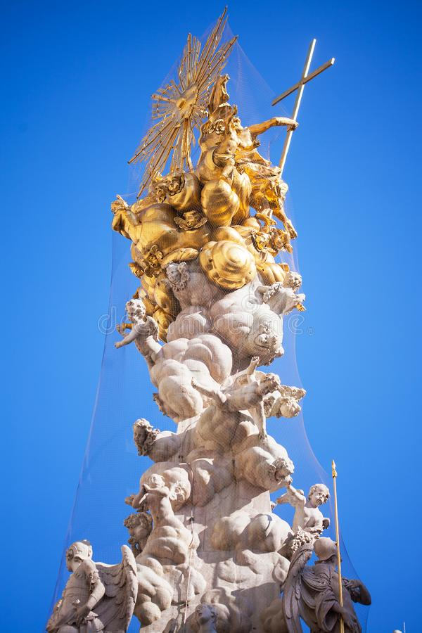 Coluna do praga contra um céu azul em Viena, Áustria imagens de stock