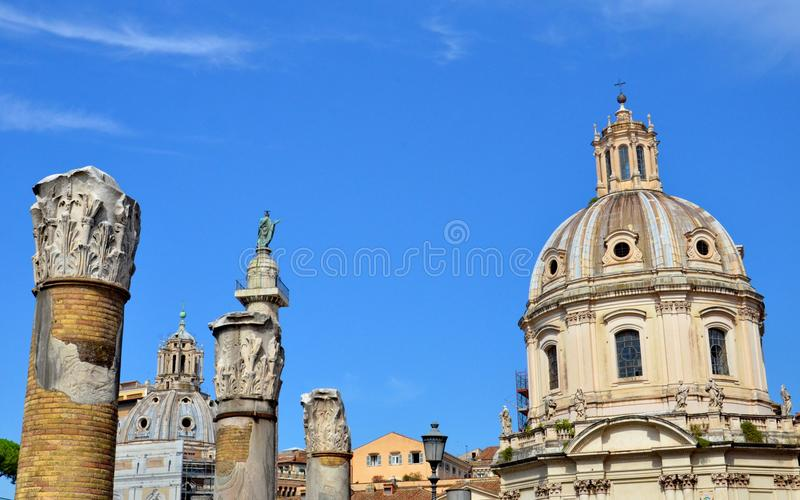 Coluna do ` s de Trajan e basílica Ulpia imagens de stock