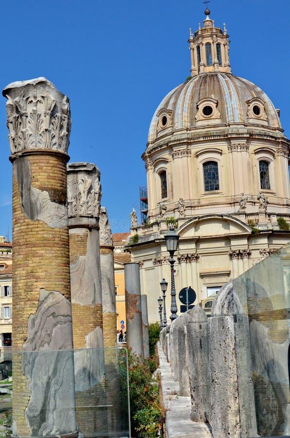 Coluna do ` s de Trajan e basílica Ulpia foto de stock royalty free