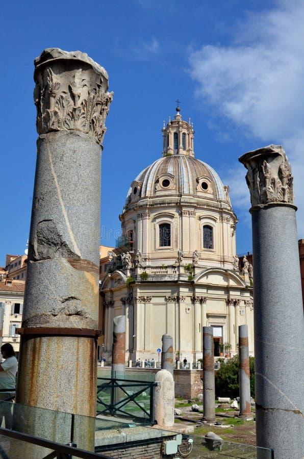 Coluna do ` s de Trajan e basílica Ulpia fotos de stock royalty free