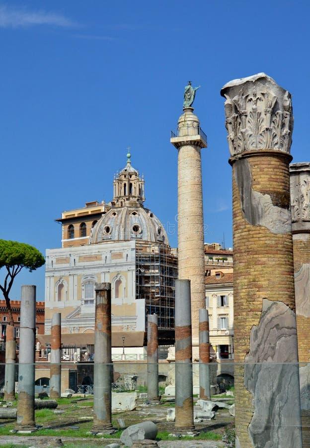 Coluna do ` s de Trajan e basílica Ulpia fotos de stock