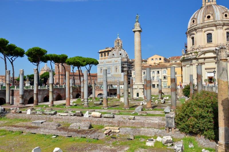 Coluna do ` s de Trajan e basílica Ulpia fotografia de stock royalty free