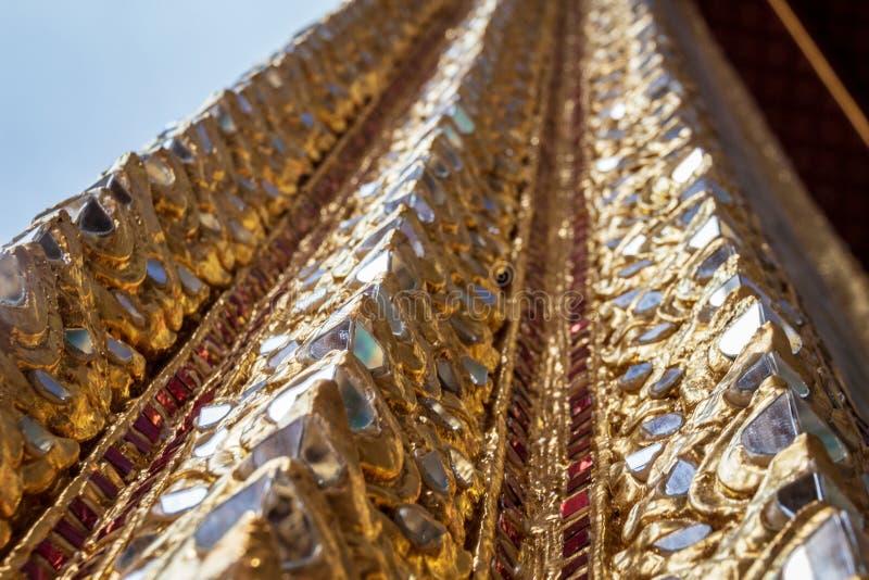 Coluna dourada no templo de Emerald Buddha, Banguecoque, Tailândia foto de stock