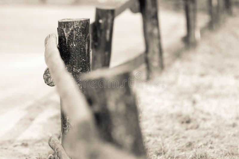 Coluna e polos velhos para a cerca de madeira da cor bege imagens de stock royalty free
