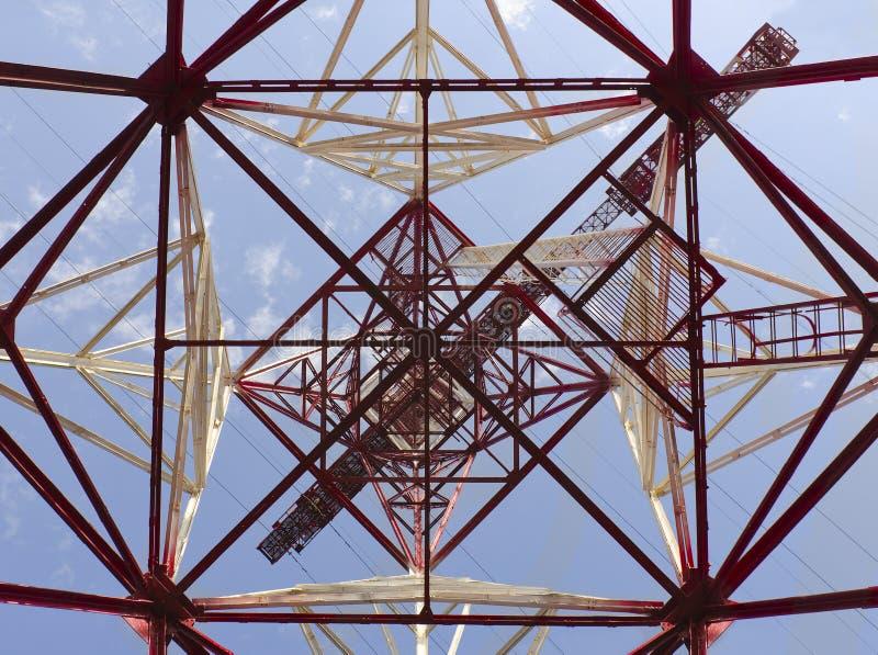 Coluna elétrica de alta tensão do metal fotografia de stock