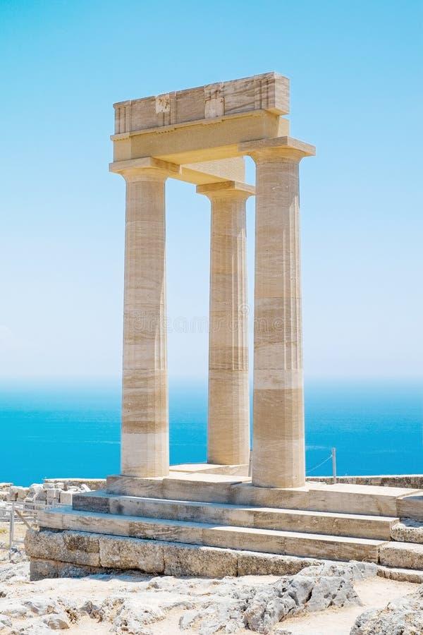 Coluna grega famosa do templo contra o céu azul claro e mar em Grécia imagem de stock
