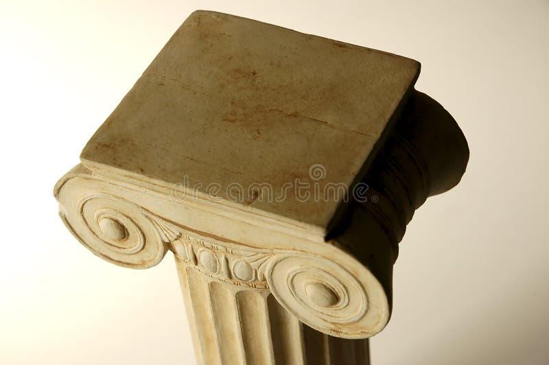 Coluna iónica velha fotografia de stock
