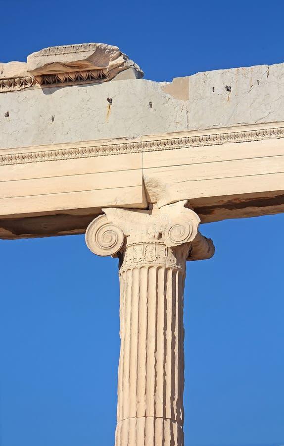 Coluna iônica do Erechtheion, Atenas, Grécia imagem de stock
