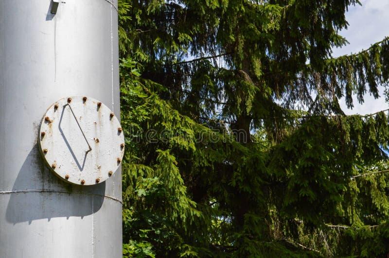 Coluna industrial brilhante inoxidável do tanque do grande metal do ferro com um portal redondo de dobramento, a câmara de visita fotos de stock royalty free