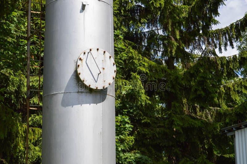 Coluna industrial brilhante inoxidável do tanque do grande metal do ferro com um portal redondo de dobramento, a câmara de visita foto de stock