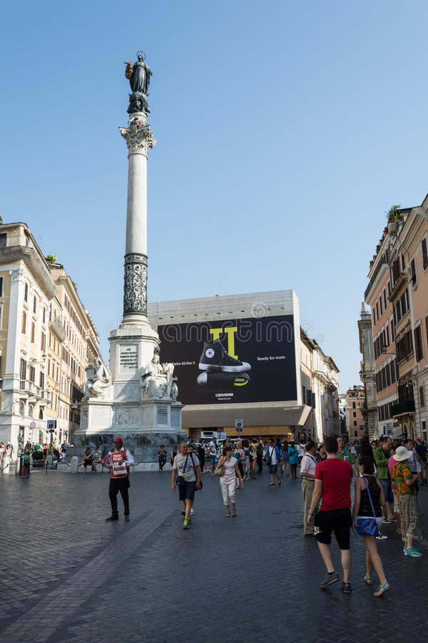 Coluna mariana com propaganda inversa no fundo fotografia de stock