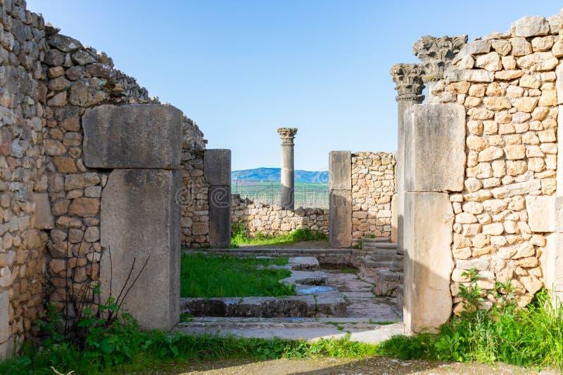 Coluna na extremidade de uma passagem em Roman Ruins de Volubilis em Marrocos fotografia de stock royalty free