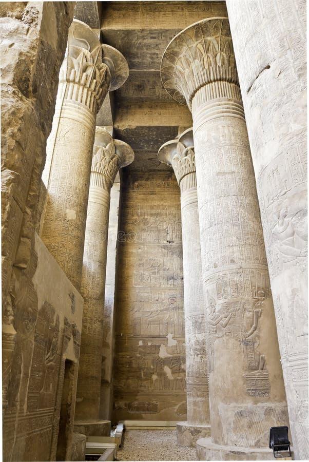 Coluna no salão principal no templo do esna imagens de stock
