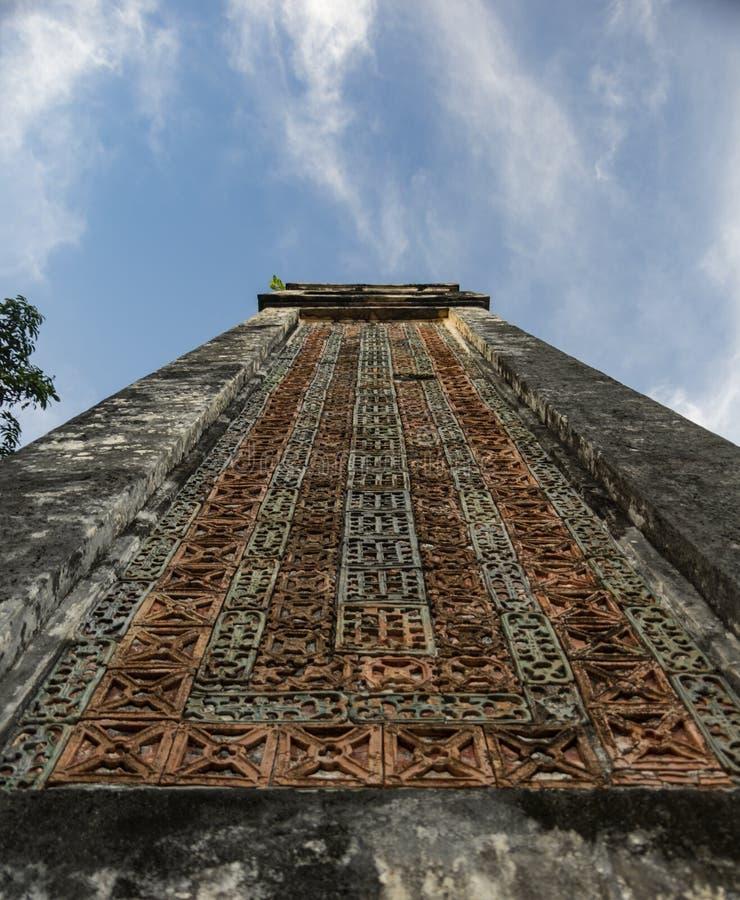 Coluna no túmulo do imperador na matiz, Vietname da Turquia Duc - imagem de stock