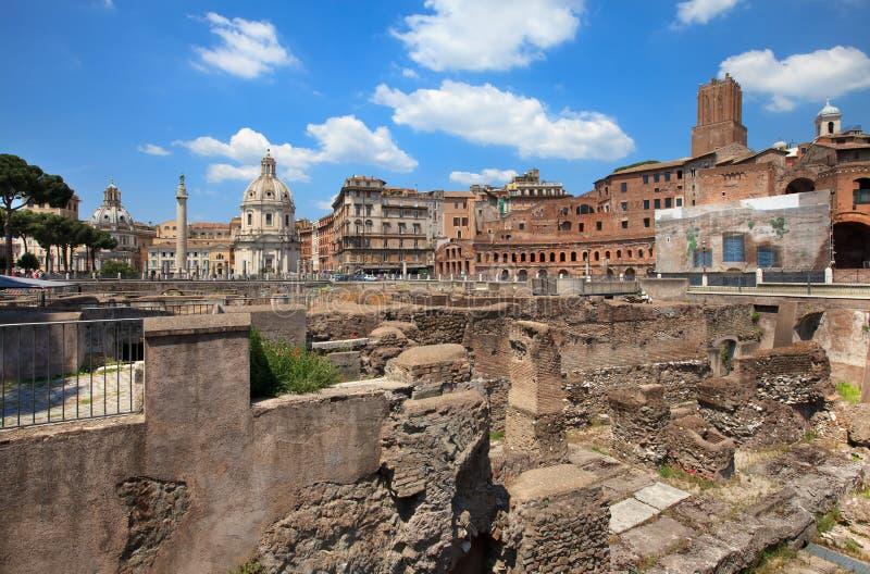 Coluna Trojan, igrejas de Santa Maria foto de stock royalty free