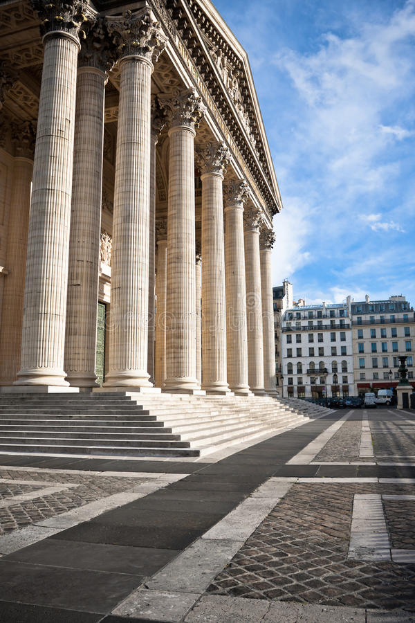 Colunas antic clássicas na parte dianteira do panteão em Paris imagem de stock royalty free