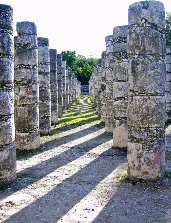 Colunas antigas do Maya em Chichen Itza foto de stock royalty free
