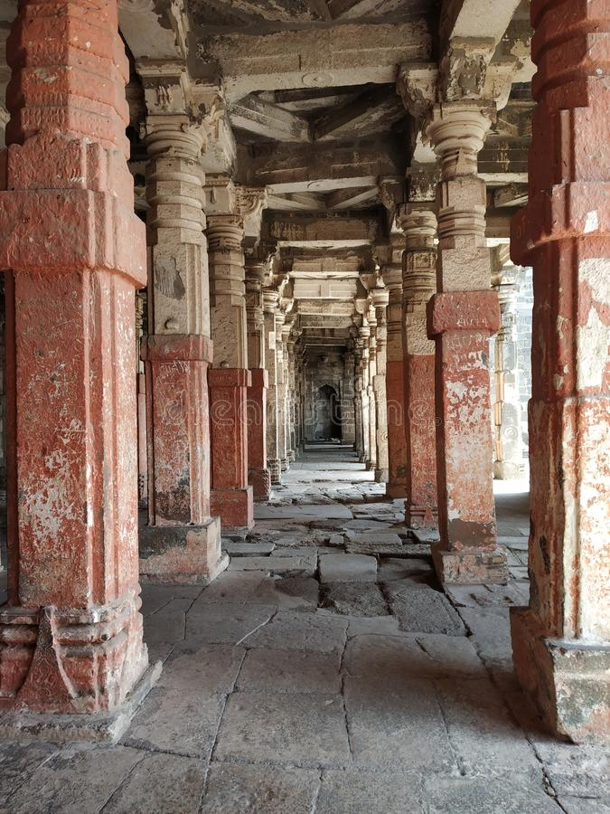 Colunas arquitetónicas na fileira no templo histórico fotos de stock