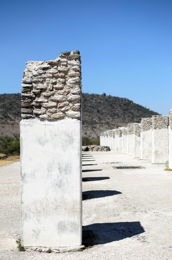 Colunas arruinadas da cidade de Toltec em Tula foto de stock royalty free