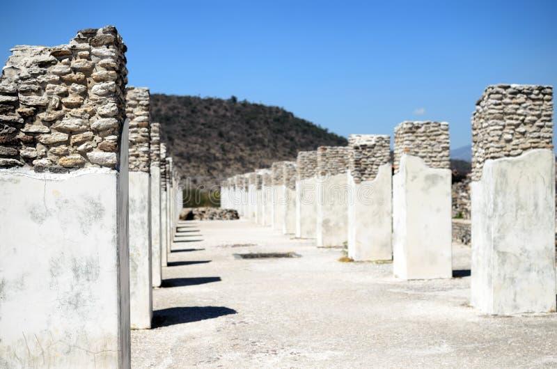 Colunas arruinadas da cidade de Toltec em Tula fotos de stock